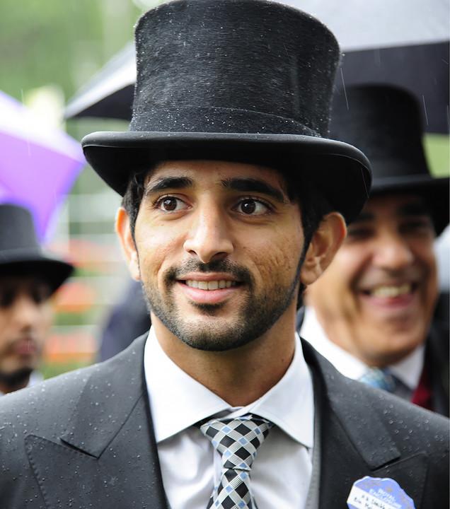 Голяма част от живота си Хамдан прекарва не в родните Арабски Емирства, а във Великобритания, но след няколко години се налага да се върне – чакат го важни държавни дела.