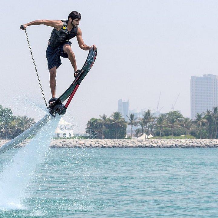 Сърфингът – една от лудите страсти на принца.