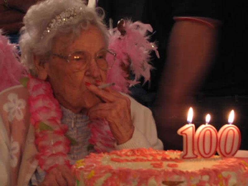 Да запалиш цигарата си от свещичките за стогодишния си рожден ден си е голямо предизвикателство.