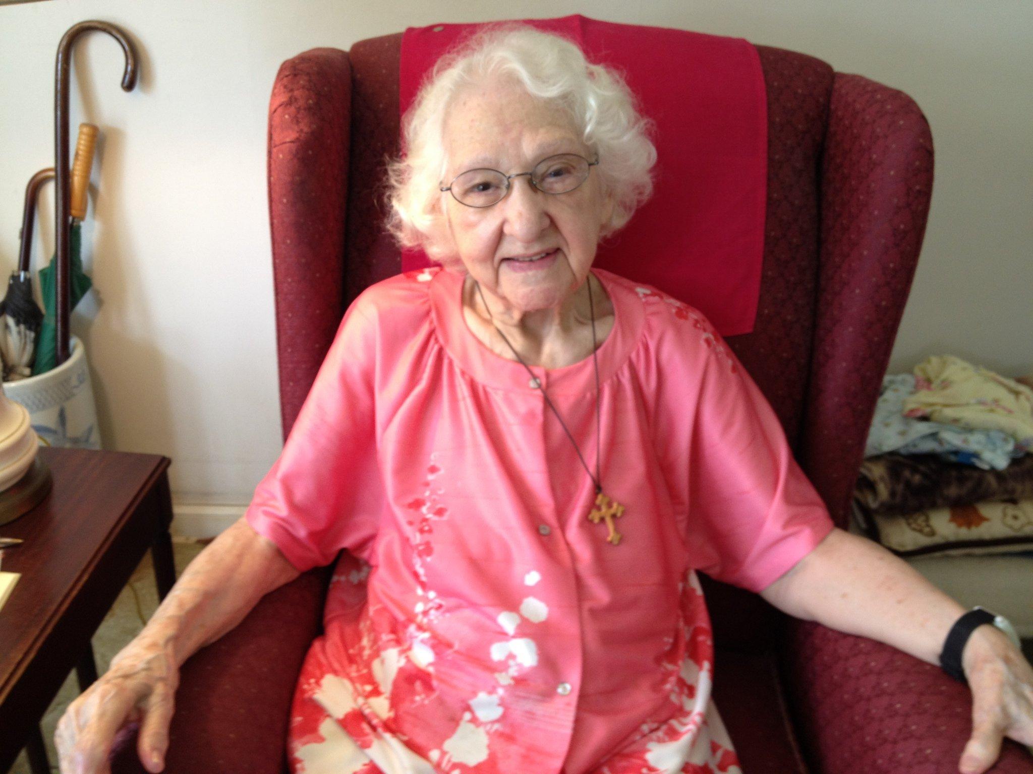 Столетницата Дороти Райли от Дептфорд, Великобритания твърди, че бастунът й все още е само за украса.