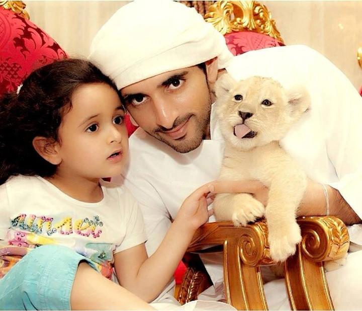 По съвет на имиджмейкърите си Хамдан постоянно се снима с деца, най-често с безбройните си племенници, и изглежда винаги като очарователен чичо.