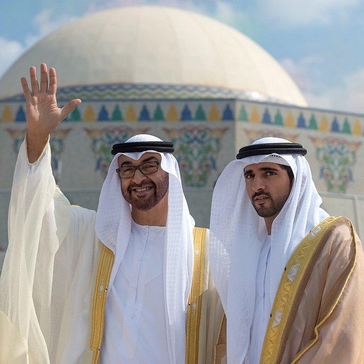Един от най-богатите хора в света не може да не се занимава с благотворителност — Хамдан е в управителния съвет на няколко фонда и пътува, за да посети хората в нужда.