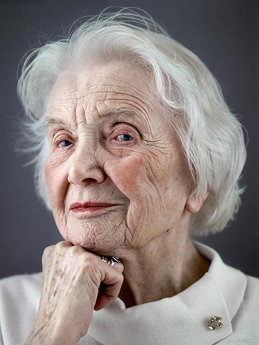 """Германският фотограф Карстен Тормаeлен прави уникална изложба със серия от портрети на стогодишни щастливи хора. Озаглавява проекта си """"Щастливи на сто""""."""