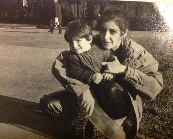 """Малкият Сашко в градинката """"Заимов"""" на разходка с майка си."""
