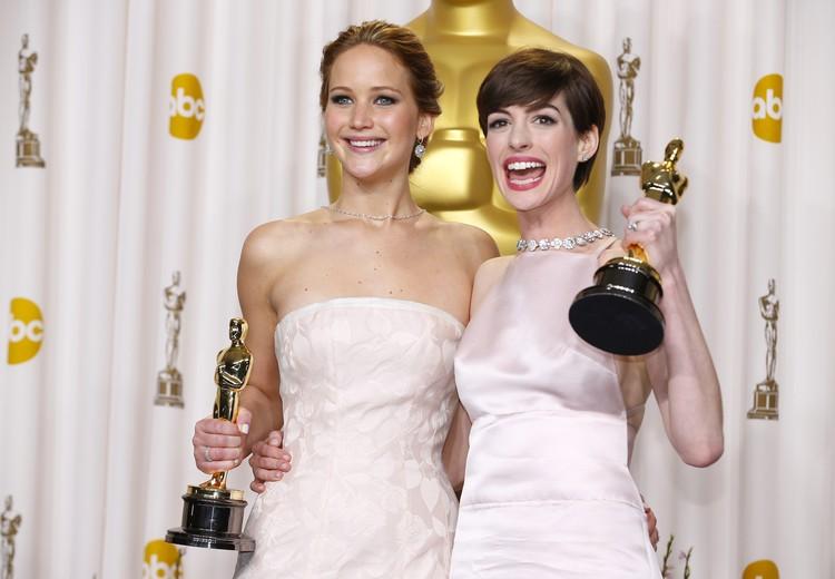 """""""Оскар"""" от години е поле за изява и на дизайнерите. Дженифър Лорънс и Ан Хатауей, 2013 г. Снимки: Shrimpton Couture."""
