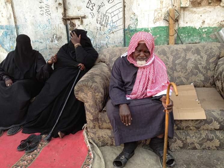 """""""Улицата на бедните"""" в покрайнините на Рияд бедняци просят милостиня. Снимки Time.com."""