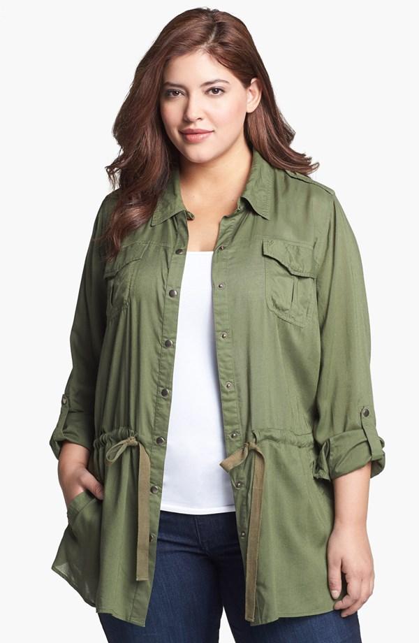 Разкопчана риза върху джинси и тишърт – удобно и подходящо при излишни сантиметри в талията.