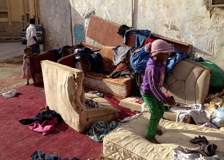 Деца играят сред стари мебели в двора на една от къщите в беден квартал в южните покрайнини на Рияд.