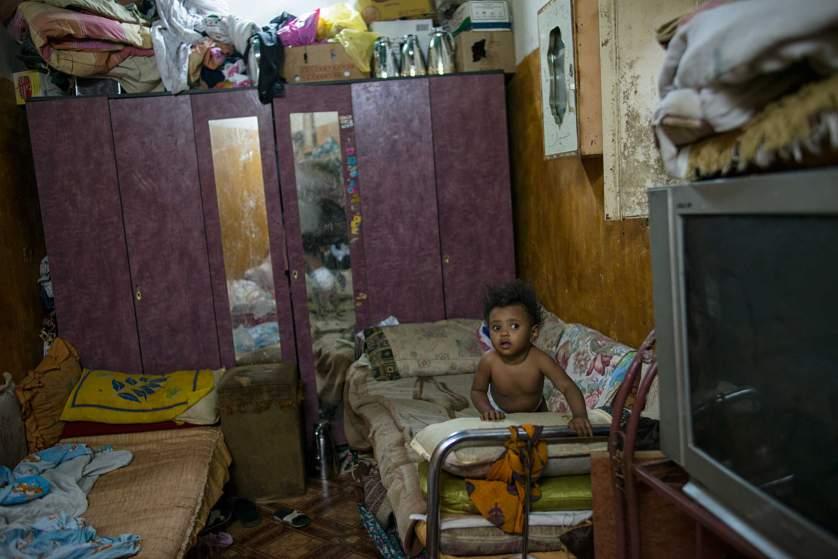 В такива условия живее бедно семейство с 12 деца (на снимката е едно от тях). Те зависят изцяло от милостинята на богатите.