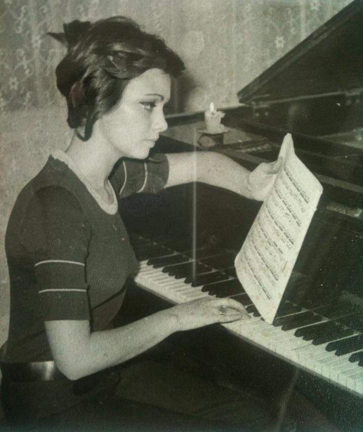 От малка е на пианото. СНимката е от времето, когато става Мис Фестивал.