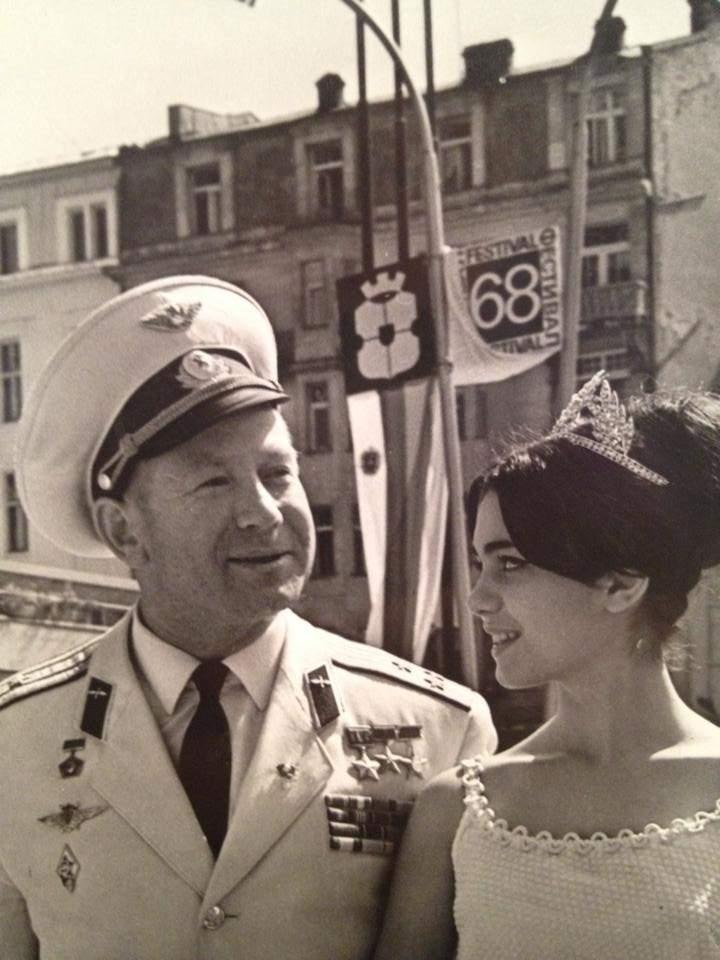 С космонавта Алексей Леонов като Мис Фестивал, 1968 г.