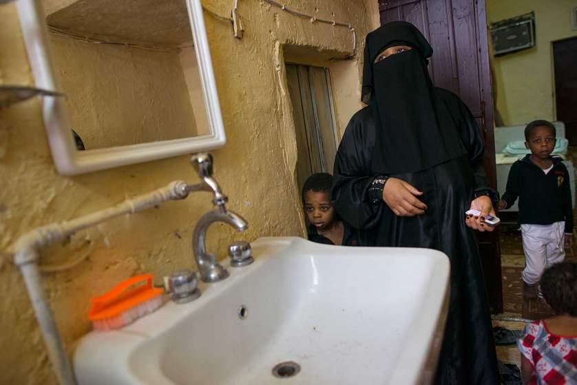 Тази майка с две деца на име Матара живее в къща с мивка, но без вода.