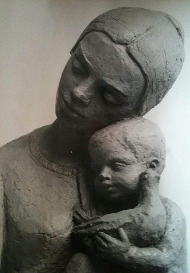 """Скулптурата """"Майка с дете"""" на Стела Райнова, която е замислена като символ на София, и за която позира Бранимира Антонова."""