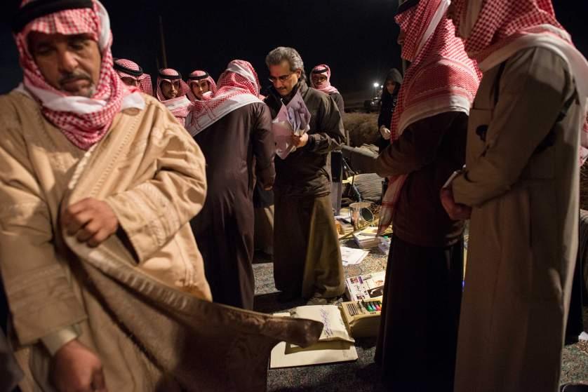 Милиардерът принц Ал Уалид бин Талал (в средата, с очилата) приема молби за финансова помощ в палатков лагер в пустинята близо до столицата.
