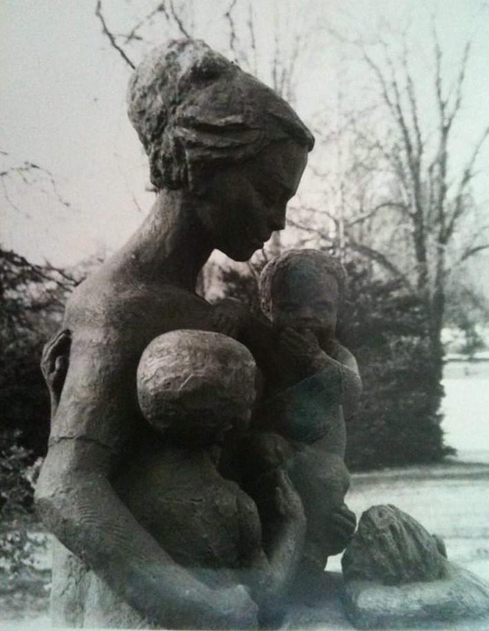 """Скулптурата """"Майка с три деца"""" на Стела Райнова, за която позира Бранимира Антонова. """"Открихме я в един склад на столична община и ще й търсим място."""""""
