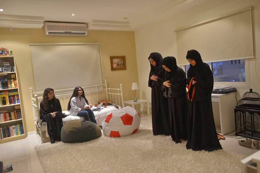 Саудитски девойки се молят в дома на приятели преди вечеря. Жените в тази страна имат много малко възможности да правят друго, освен домашните задължения.