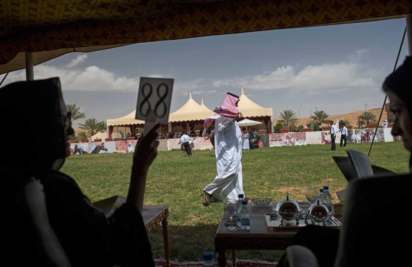 На жените, лишени от всякакви права, обаче се разрешава да купуват коне. Участничка в аукцион за продажба на арабски бегачи в покрайнините на Рияд.