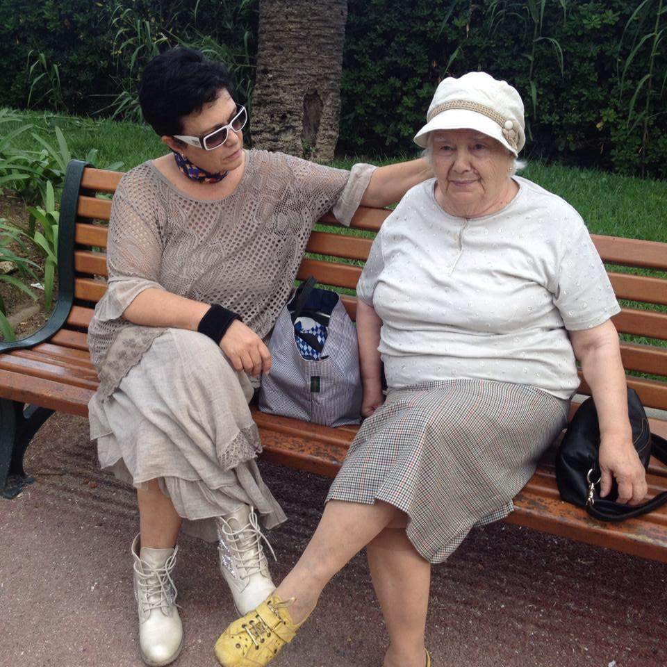 С майка си днес.