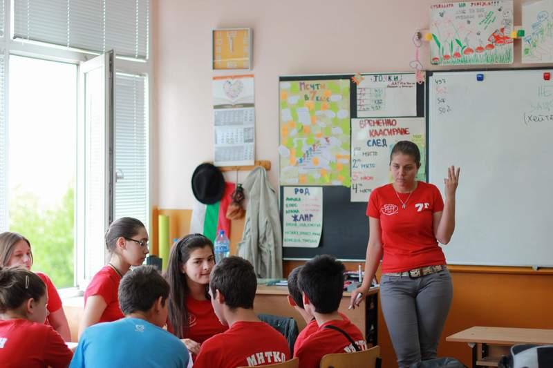 Милена Димитрова на урок по български език и литература в 144 СОУ в столицата.