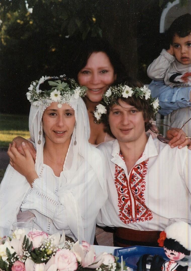 Дарина със снаха си Мила и сина Сава на тяхната българска сватба под откритото небе на Париж.