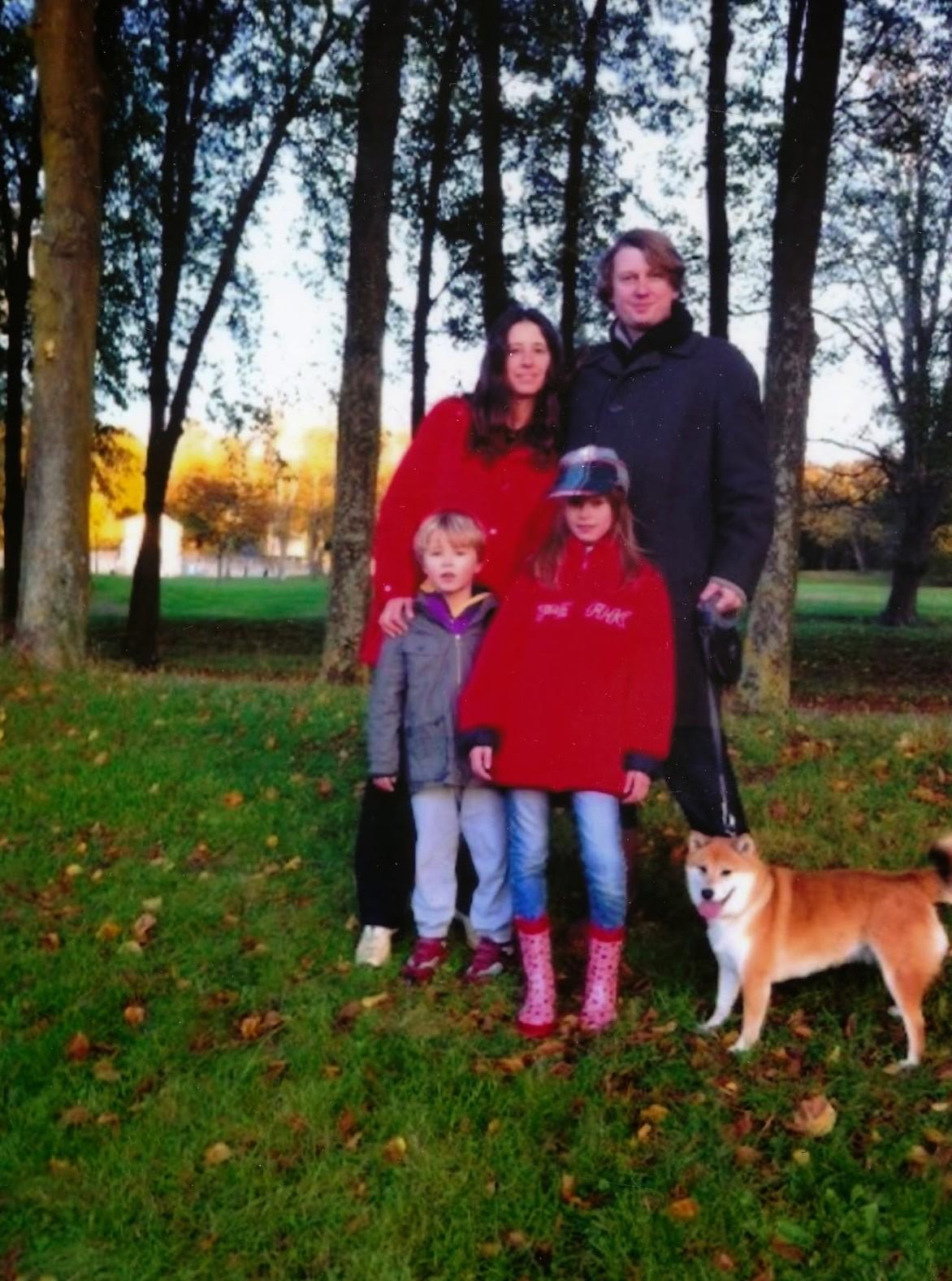 Внуците Ада и Рафаел с майка си и баща си и кучето на Дарина - Фокси.