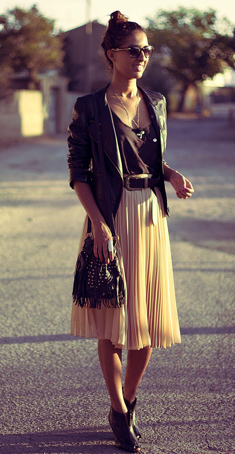 Романтика: кожено яке върху плисирана пола от шифон.