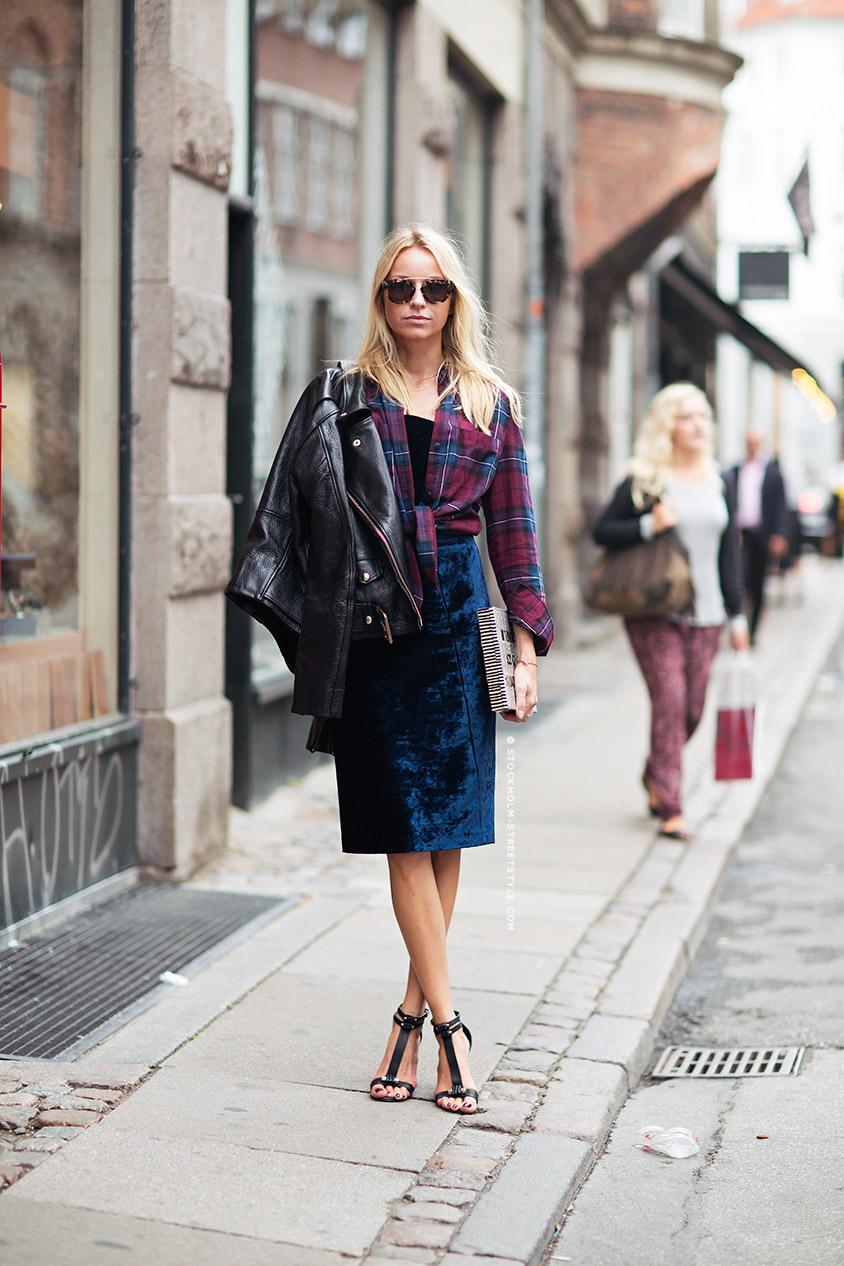 Стрийт стайл – кожено яке, карирана риза, плюшена пола и сандали на ток.