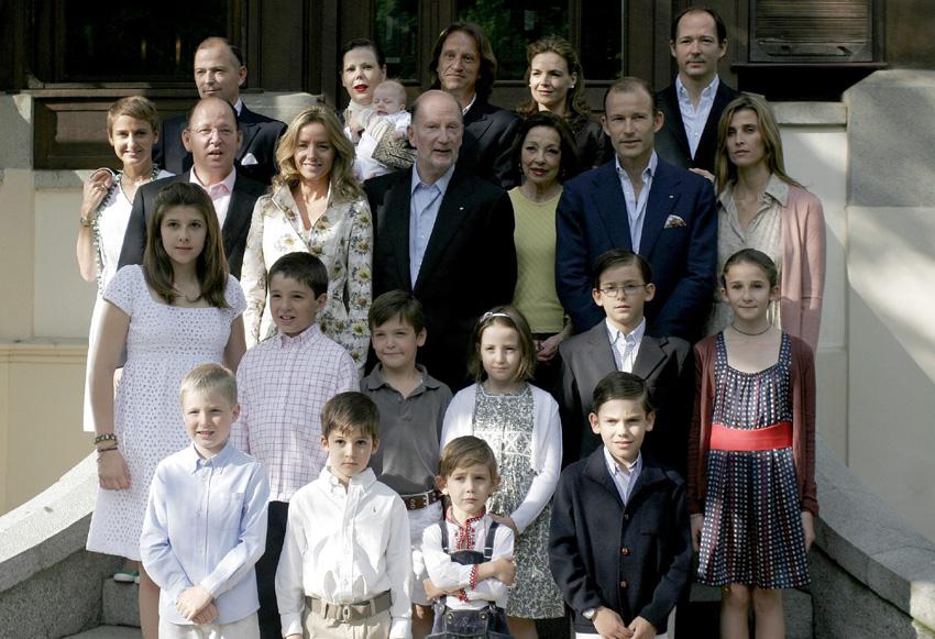 1. Семейство Сакскобургготски в пълен състав със снахи и внуци по времето, когато Кардам е още жив и здрав, а княз Кирил и Росарио Надал още са семейство.