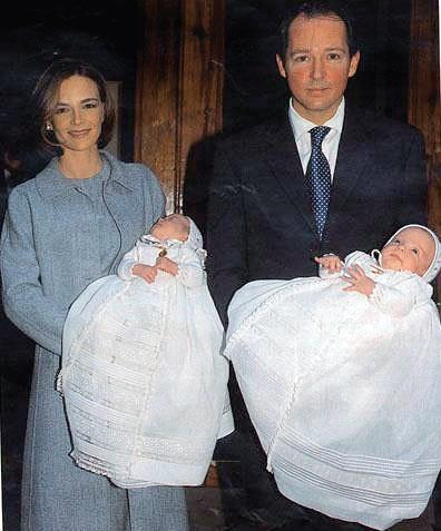 6. Константин-Асен и Мария при изписването на близнаците Умберто и София от болницата.