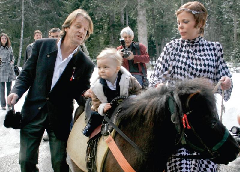"""8. Симеон-Хасан язди пони на първия си рожден ден, който празнува в """"Царска Бистрица"""" с майка си Калина и баща си Китин."""