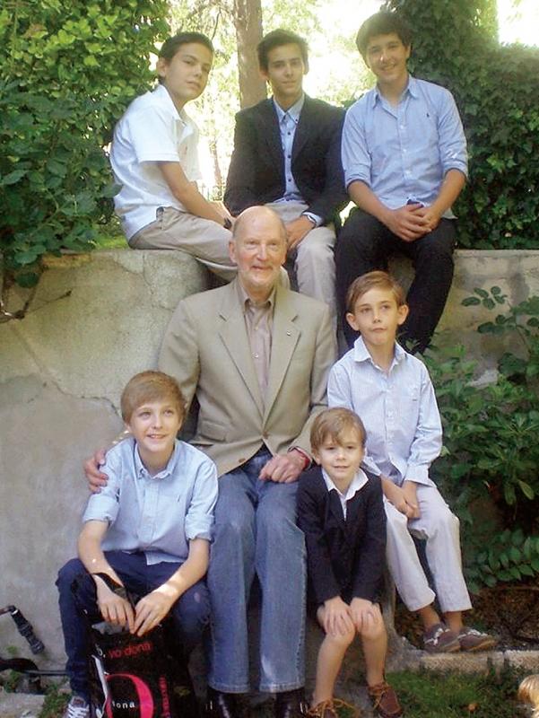 Снимка от юни 2012 г. На нея Симеон е с част от внуците си. На горния ред са Лука, Мирко и Борис (от ляво на дясно). Вляво от дядо си е Белтран, а вдясно са Тирсо и Симеон-Хасан.