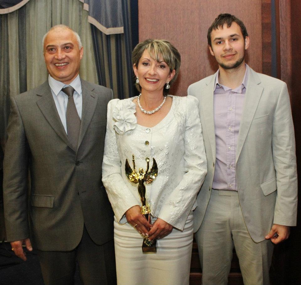 """Доктор Елиза със статуетката """"Мисис Дама 2012"""" и в компанията на двамата мъже на живота си - съпруга Йордан и сина Радослав."""