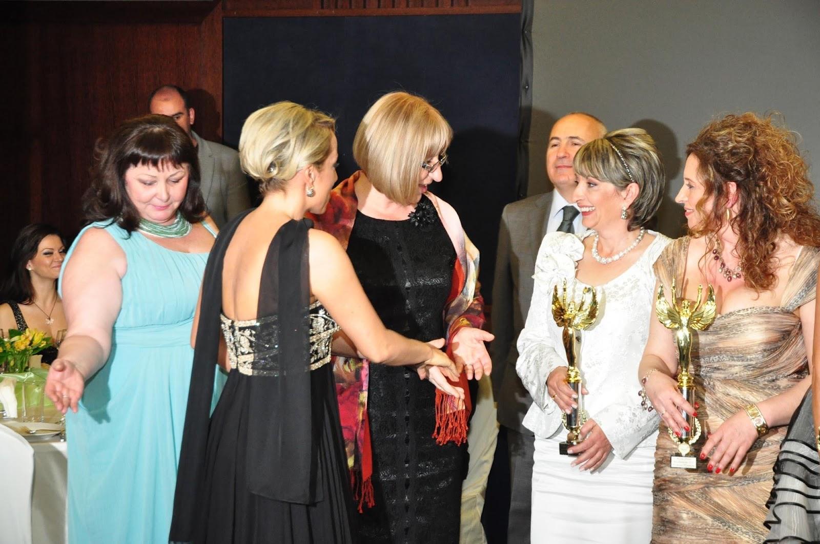 """Председателят на парламента Цецка Цачева подкрепя и с присъствието си всички инициативи и изяви на своята приятелка Елиза. На връчването на статуетките """"Мисис Дама 2012 г."""""""