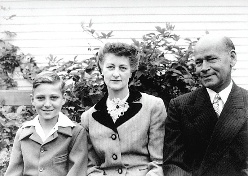 Малкият Юджийн Роуз с майка си и баща си.