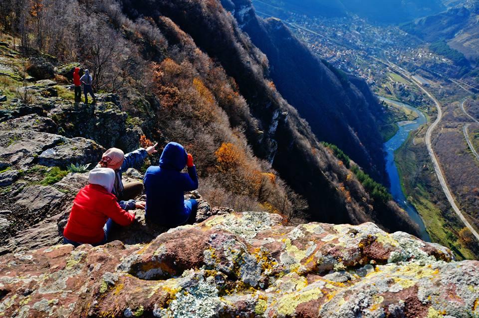 11. На такава божествена гледка се наслаждават от Черни камик, долу лъкатуши река Искър.