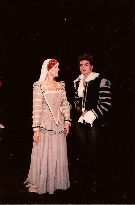 Младият Николай Стоилов като Хамлет на британска сцена.