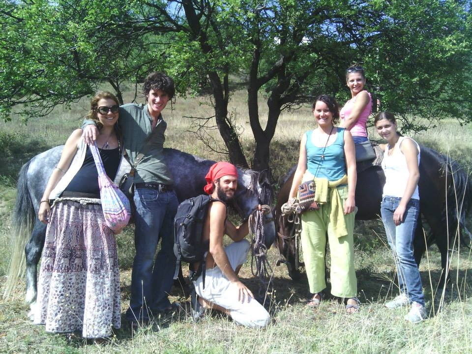Филип (с червена кърпа) със стажанти от Израел и Франция и деца от Своге на Желен.