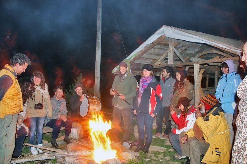 Пермакултурна идилия около огъня.