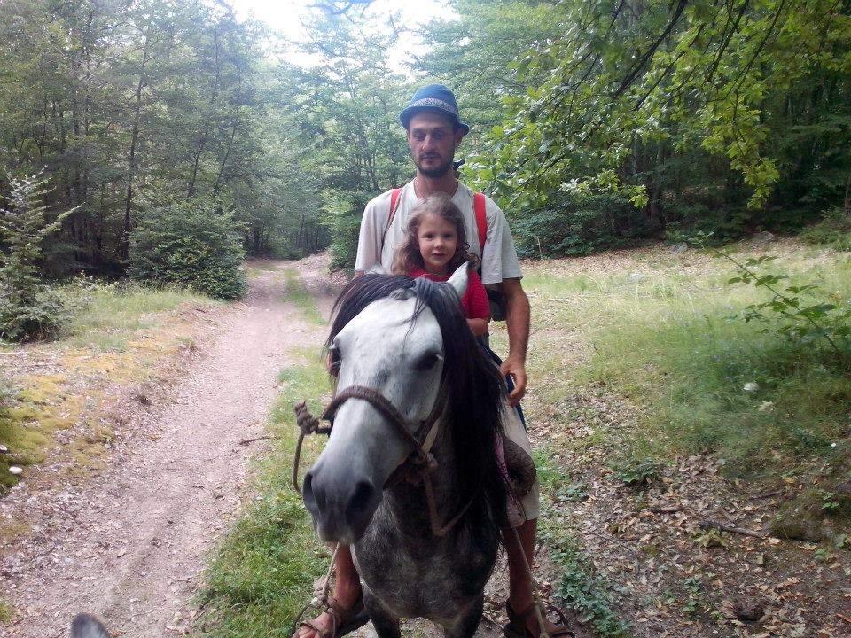 ... и с баща си на кон.