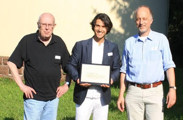 """Йордан Камджалов със сертификата за неговата планета """"52292 Kamdzhalov"""", с д-р Луц Шмадел, откривател на планетата (отляво) и проф. д-р Йоахим Вамбсганс от Центъра по астрономия на Хайделбергския университет (вдясно)."""