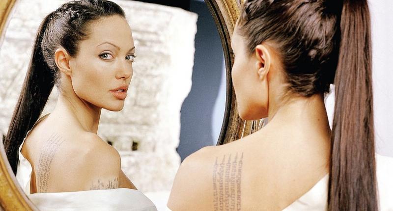 Анжелина Джоли и мантрата, посветена на осиновения й син Мадокс на рамото й.