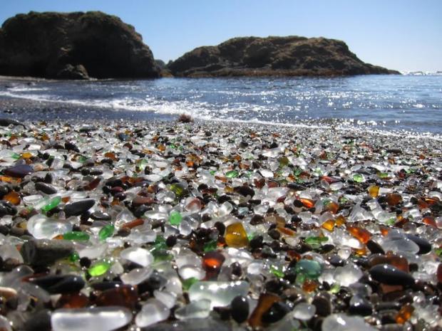 Стъкленият плаж близо до Форт Браг в Калифорния се е формирал, след като изхвърлените от местните жители бутилки са се удряли в прибоя, а водата ги полирала.