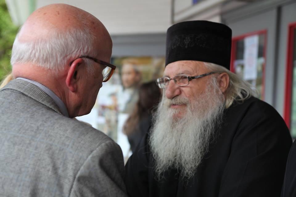 Отец Иван обсъжда проблемите на приюта с почетния консул на България в Хамбург проф. д-р Герд-Винанд Имайер.