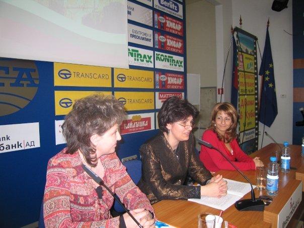 Даниела Симидчиева (в средата) като изпълнителен директор на БАБТИ.