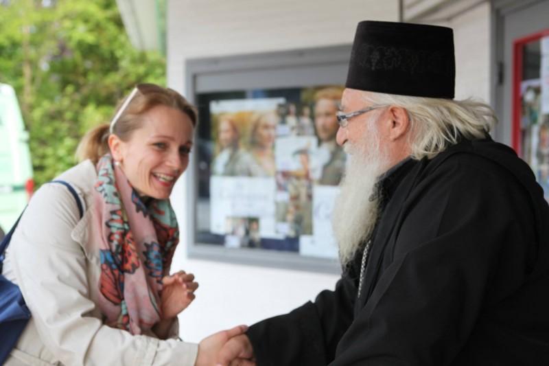 Велина Вебер от настоятелството на българската православна църква в Хамбург, поздравява отец Иван.