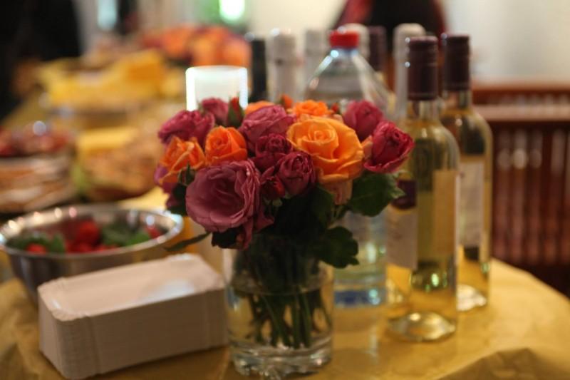 Гостите на премиерата бяха почерпени с баница и други български вкусотии.