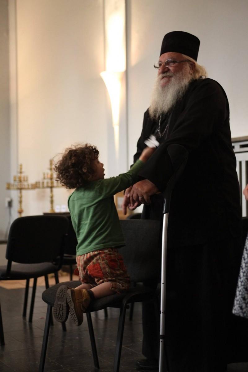 Отец Иван привлича децата като магнит, все едно дали са в Нови хан или в Хамбург, смятат германските му приятели.
