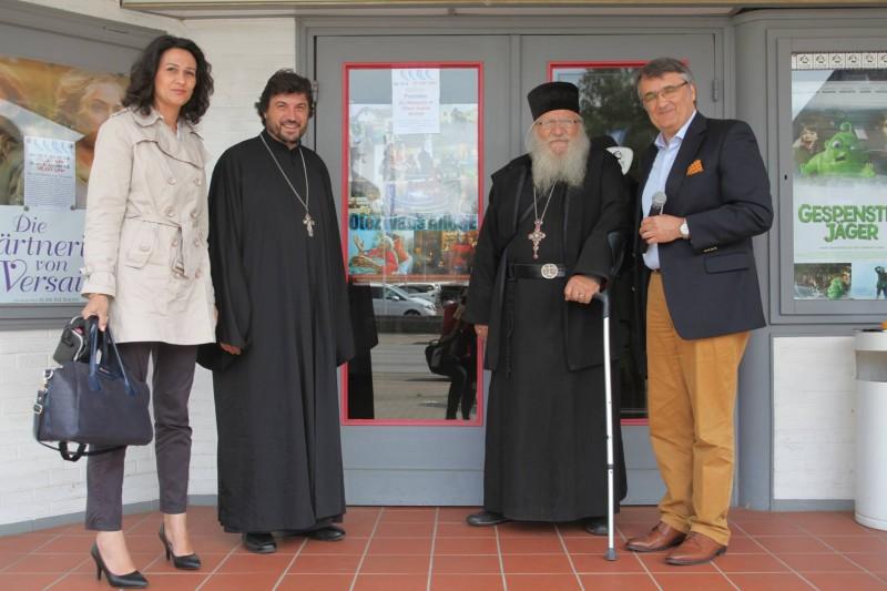 Пред киното преди прожекцията, от ляво на дясно: Ваня, съпругата на отец Григорий, той самият, отец Иван и д-р Христо Алексиев. На заден план е плакатът за филма.