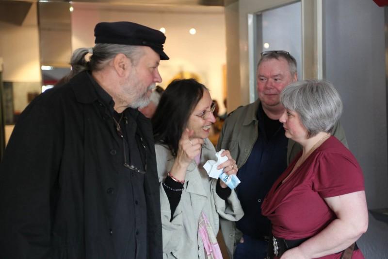Режисьорът Теес Клан със съпругата си Юдит разговаря с посетители на премиерата.