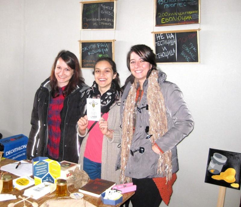 """Две организации си подават ръка в името на общата кауза: Петя Чалъкова (в средата) от кампанията на """"На пчелите с любов"""", София Евтимова (вляво) и Кристина Тодорова (вдясно) на младежкия фестивал """"За Земята'', част от проекта """"Млади приятели на Земята"""", който се проведе на 14 март."""